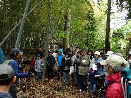 竹林を前に講師から竹の特性等の説明