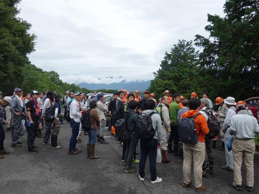 オリエンテーション。秦野市環境共生課から歓迎の挨拶。雲間に表丹沢大倉尾根が見える。