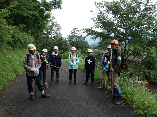 初めて参加されたメンバーに森林インストラクターが丁寧に説明します。