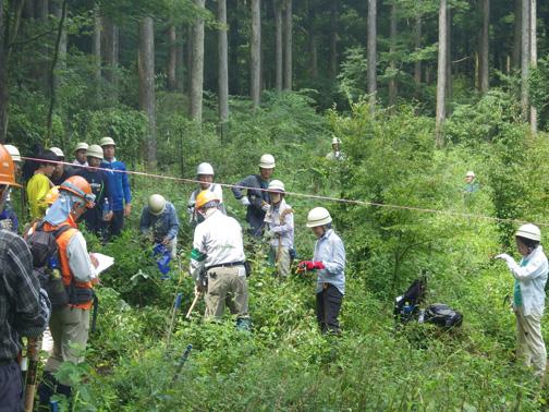 作業にあたり班ごとに森林インストラクターを中心に打合せ