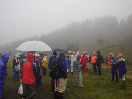 活動場所近くの菩提峠はあいにくの雨と霧の中