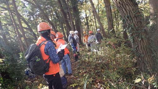 森林インストラクターから作業の説明を受けます
