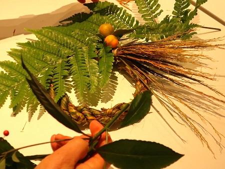 採取した植物を飾り付けます