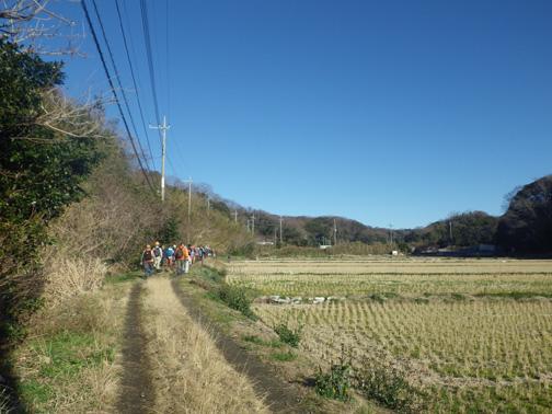 マイクロバスを降り農道を現地へ向います