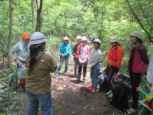 看護師から森での作業の注意点を教わる
